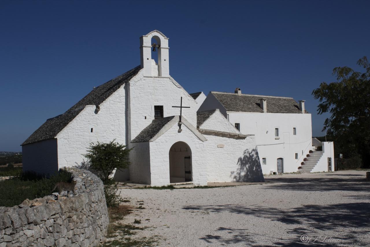 L' architettura di questa chiesa è molto interessante oltre che per le sue origini, anche perché in essa si ravvisano gli elementi costitutivi del trullo, con enorme anticipo rispetto a quello che è stata la sua diffusione circa un millennio più tardi.