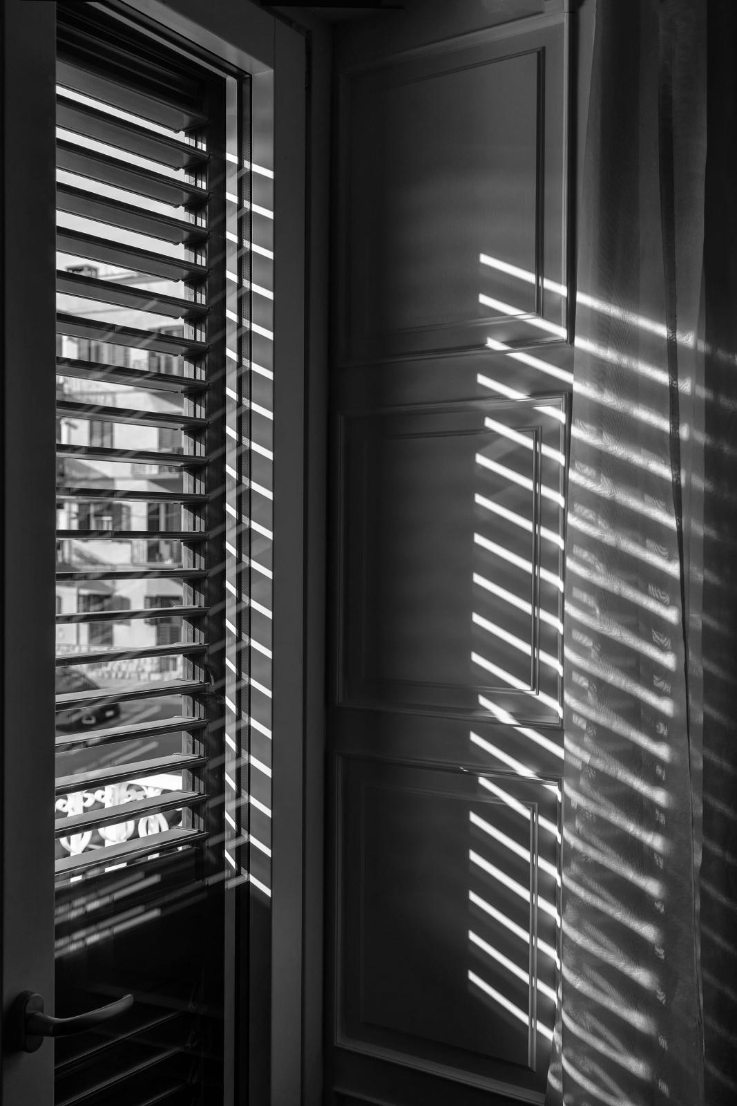 FILTRA LA LUCE - TI SVEGLI - una revisione veloce alle tue funzioni vitali: Ok è tutto a posto. TI LAVI LE MANI. Apri la finestra,  filtra  la luce: è una bella giornata! SPERIAMO!, da questo momento sarà sempre e solo ATTESA.