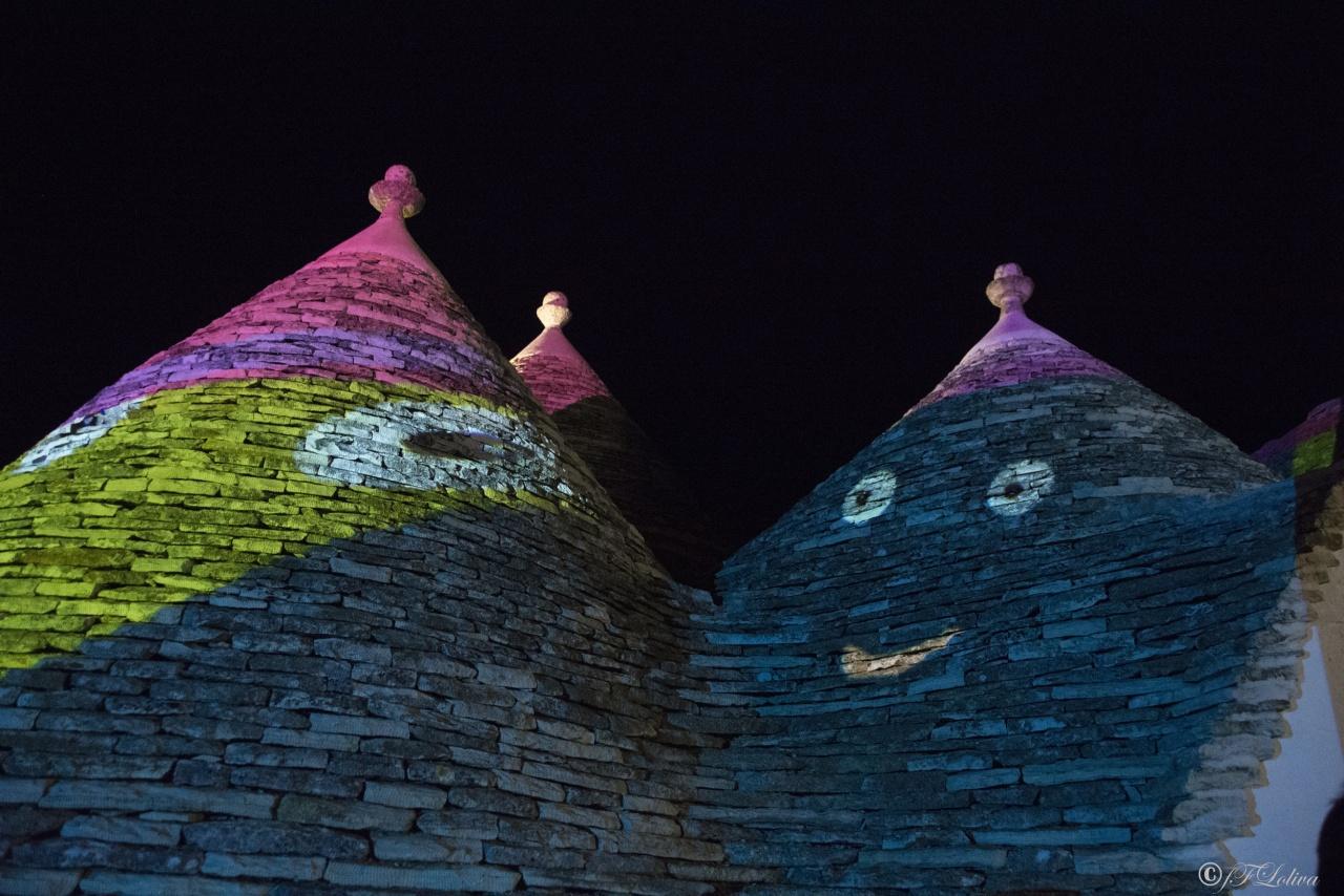 """Si è tenuta  dal 30 settembre all'8 ottobre la seconda edizione di Life-Alberobello Light Festival, la kermesse internazionale che mette al centro l'arte visiva in tutte le sue forme con particolare riferimento all'uso della luce e dei colori e alla loro interazione con luoghi e monumenti patrimonio dell'Umanità.  Life-Alberobello Light Festival 2017, si legge in una nota degli organizzatori, vuole """"rendere ancora più straordinari spazi unici al mondo"""". Otto le opere, tra installazioni luminose e video mapping, che saranno visitabili dal tramonto fino a mezzanotte su di un percorso tracciato per tutto il centro urbano di Alberobello e che sono state realizzate da altrettanti artisti provenienti da cinque Paesi europei (Croazia, Slovenia, Portogallo, Francia e Italia) e dal Canada."""
