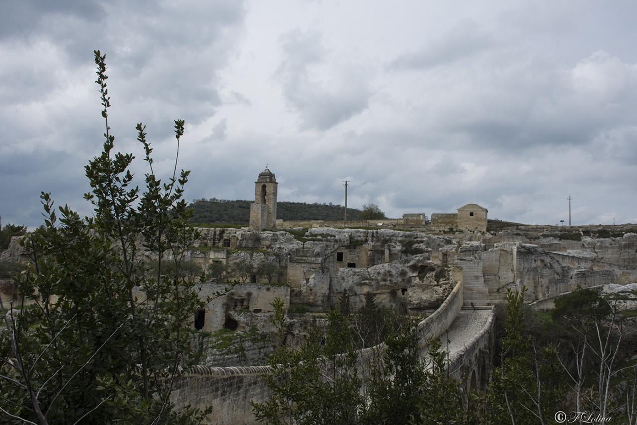 Il ponte viadotto Orsini con la chiesa rupestre Madonna della Stella