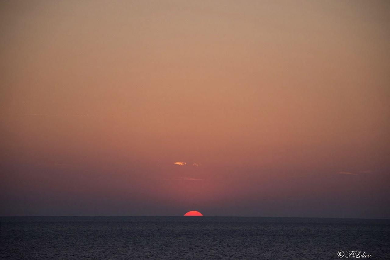C'è un momento in ciascuna alba in cui la luce è come sospesa; un istante magico dove tutto può succedere.                                                    La creazione trattiene il suo respiro.(Douglas Adams)