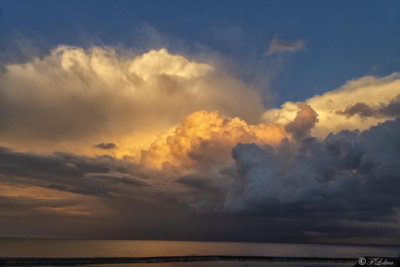 Strana la faccenda delle nuvole, se non ci fossero in cielo come potresti ammirare al meglio un tramonto e lo spettacolo del sole che sorge. Amo le nuvole, mi ricordano come sia bello il sole. (Stephen Littleword)