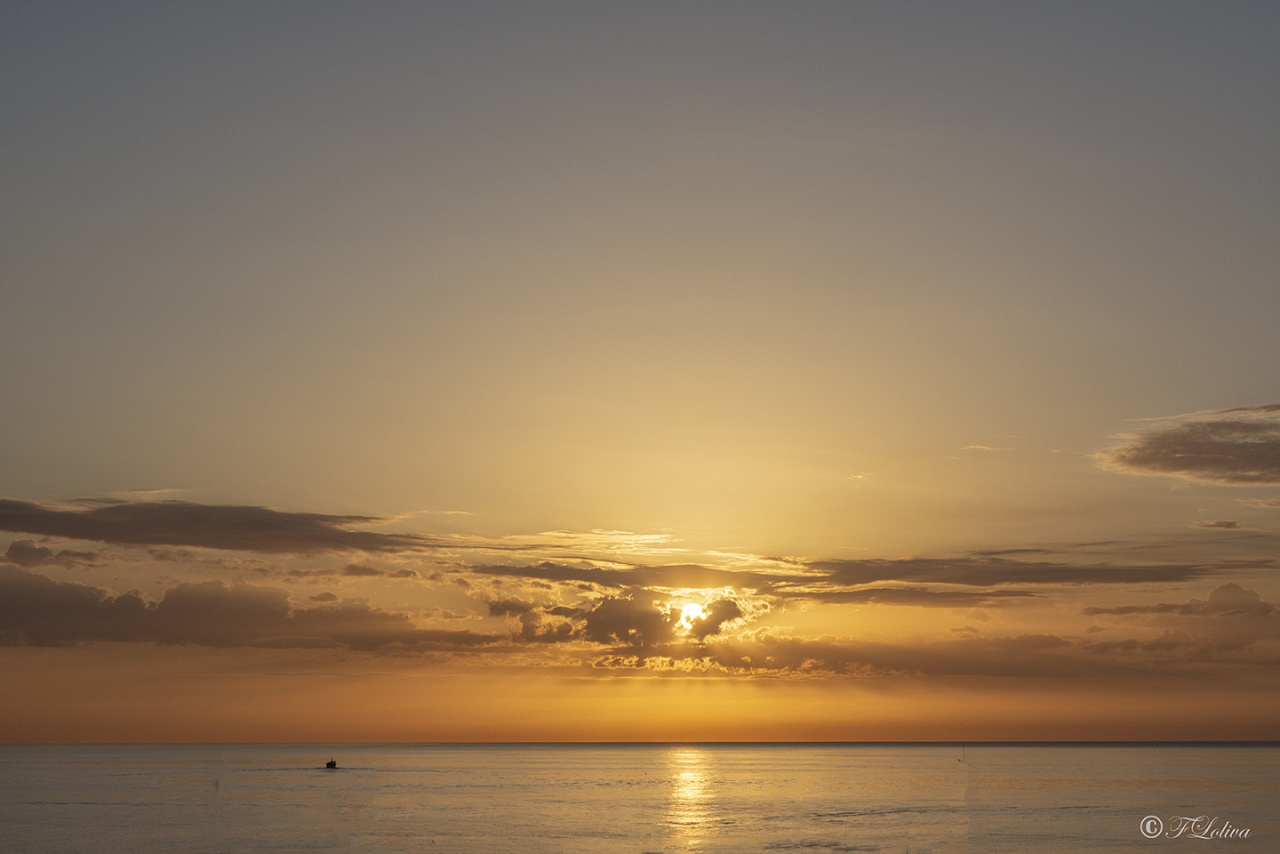 Il mare blu è la cornice perfetta per racchiudere l'alba di un nuovo giorno. (Anonimo)