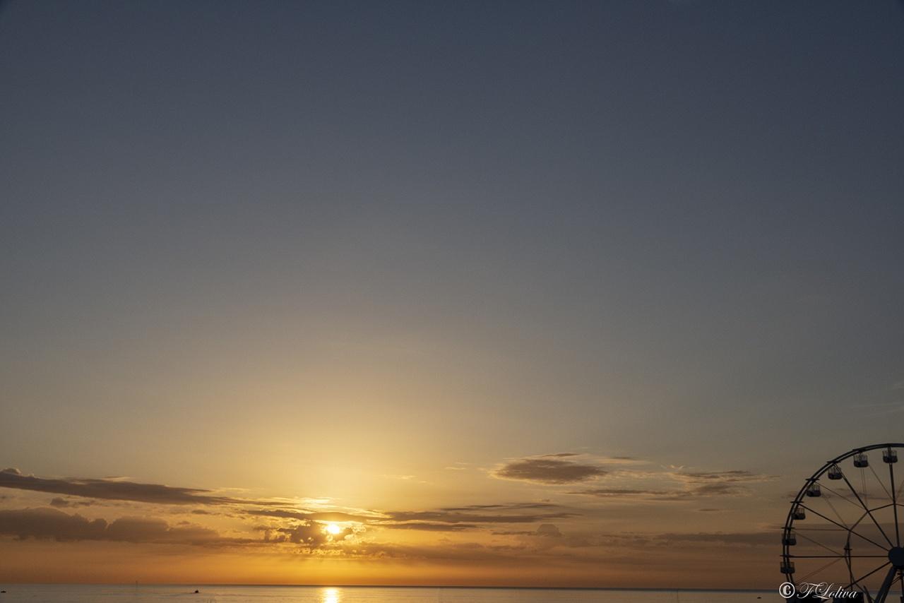 ALBA CON RUOTA - C'è un momento in ciascuna alba in cui la luce è come sospesa; un istante magico dove tutto può succedere. La creazione trattiene il suo respiro. (Douglas Adams)