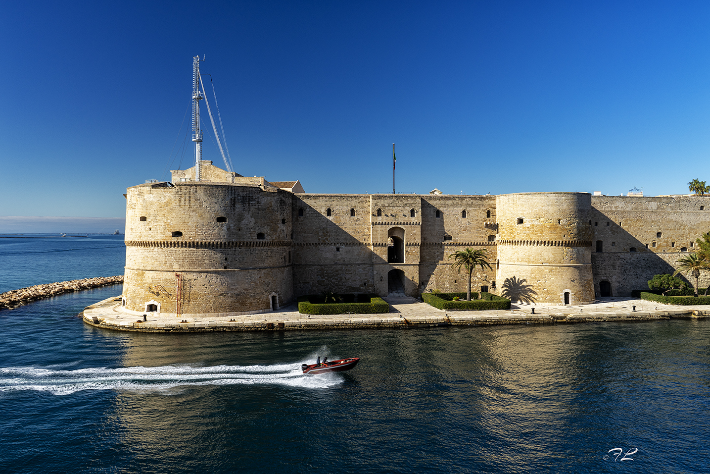 CASTELLO ARAGNESE - Il castello aragonese (o castel Sant'Angelo), con la sua pianta quadrangolare e il vasto cortile centrale, occupa l'estremo angolo dell'isola su cui sorge il borgo antico della città di Taranto.