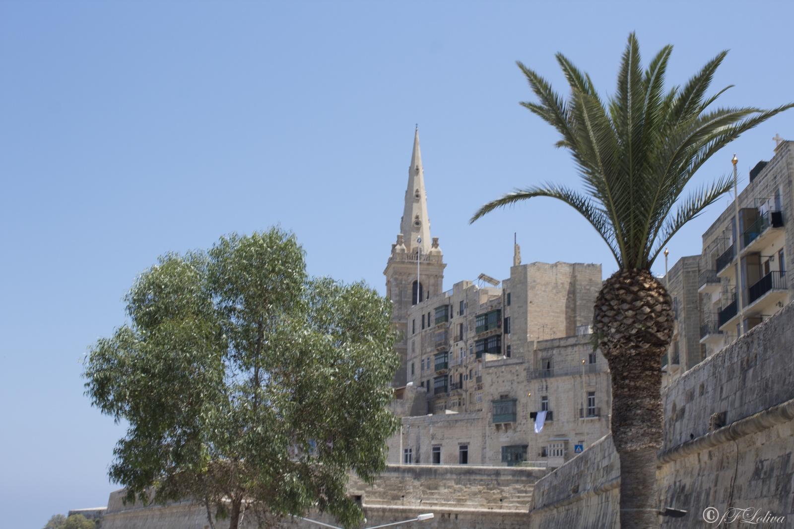A metà strada tra l'Europa e l'Africa, nel bel mezzo del mar mediterraneo, Malta è una delle mete preferite per gli amanti del mare. La repubblica parlamentare di Malta sorge a poca distanza dalla Sicilia e con lei condivide il mare cristallino, le spiagge idilliache e la storia.