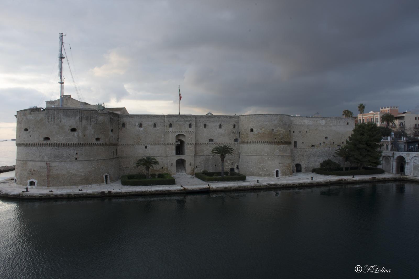 CASTELLO ARAGONESE - Il castello aragonese (o castel Sant'Angelo), con la sua pianta quadrangolare e il vasto cortile centrale, occupa l'estremo angolo dell'isola su cui sorge il borgo antico della città di Taranto.