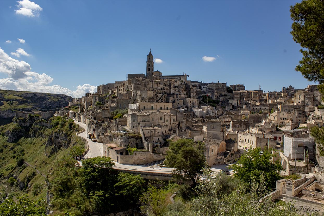 Matera è la città dei Sassi, il nucleo urbano originario, sviluppatosi a partire dalle grotte naturali scavate nella roccia e successivamente modellate in strutture sempre più complesse all'interno di due grandi anfiteatri naturali che sono il Sasso Caveoso e il Sasso Barisano.