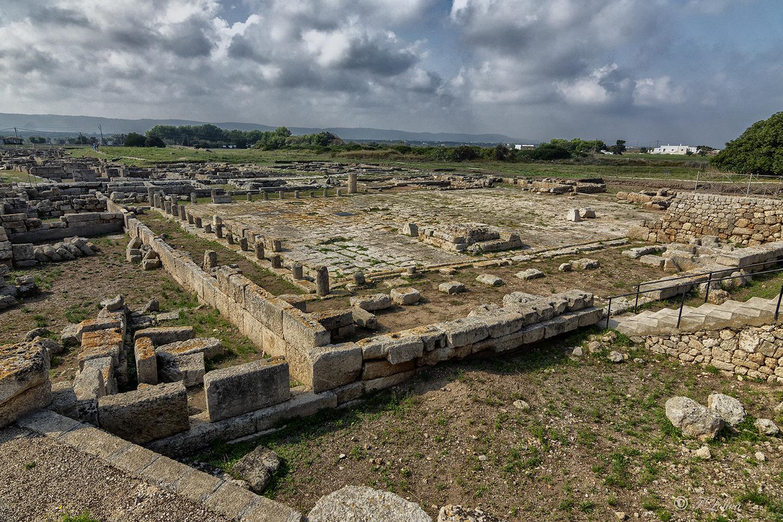 È nella zona dell'acropoli che sono state trovate le più antiche tracce della presenza dell'uomo a Egnazia, datate all'età del Bronzo medio. Testimonianza della continuità della vita nelle epoche successive sono gli edifici di culto, tra cui l'imponente santuario traianeo dedicato a Venere realizzato in età romana (II secolo d.C.).
