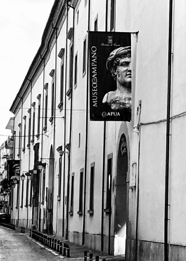 MUSEO CAMPANO D CAPUA - Il Museo Provinciale Campano di Capua (noto anche come Museo Campano) è un museo storico dell'antica Campania (poi di Terra di Lavoro e oggi compresa nella Provincia di Caserta), oltre che uno dei più importanti della Campania e d'Italia[senza fonte]. Conserva la più importante collezione mondiale di Matres Matutae, dette anche Madri di Capua, provenienti dall'antica Capua, l'attuale territorio del Comune di Santa Maria Capua Vetere e il più grande lapidarium (insieme di epigrafi, steli e lapidi su pietra di epoca sostanzialmente romana) dell'Italia meridionale.