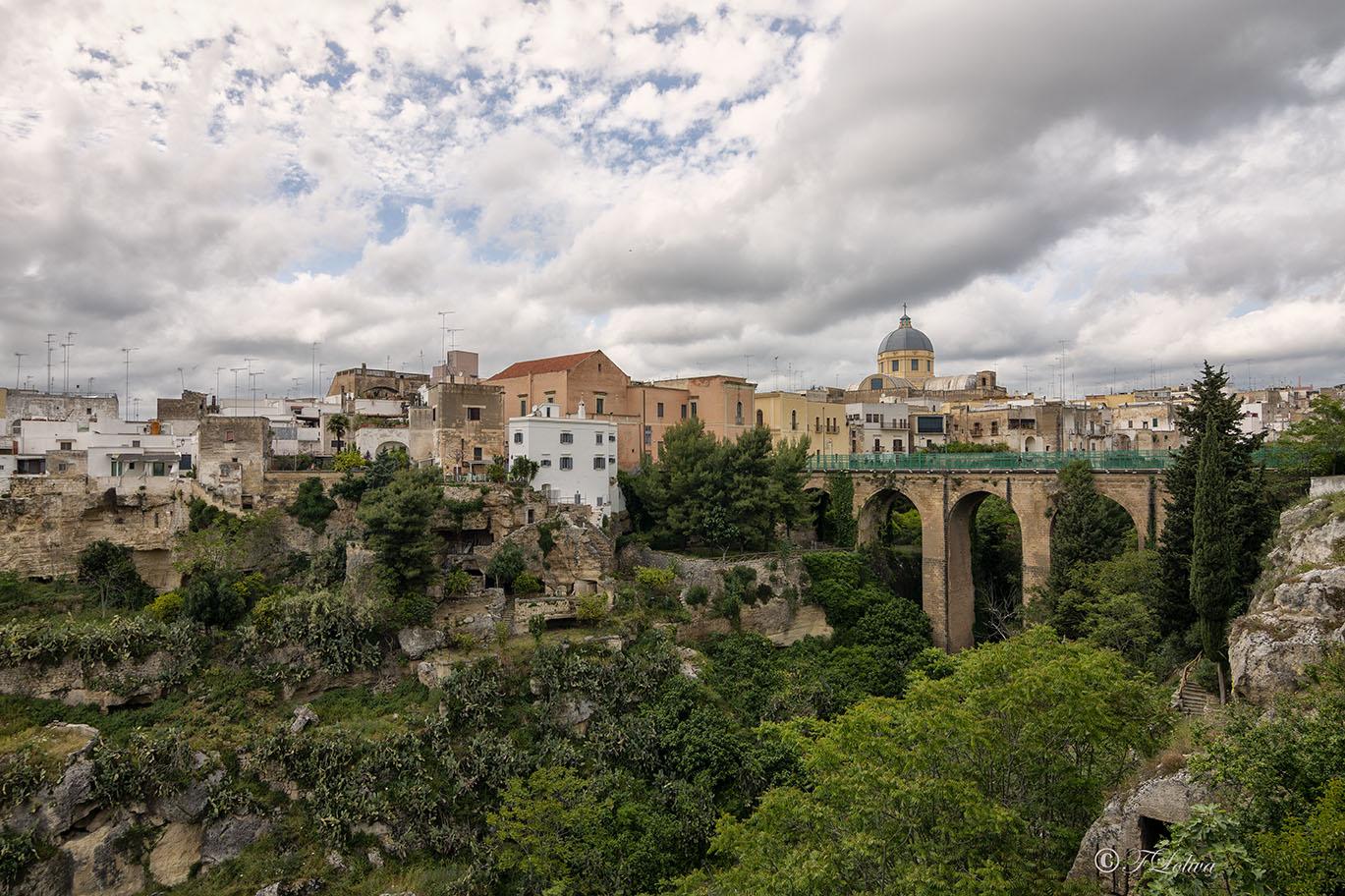 LA GRAVINA DI SAN MARCO - La Gravina di S. Marco divide il borgo antico detto terra caratterizzato da strette vie, dall'ottocentesco Borgo Santa Caterina. La gravina deve il suo nome all'omonima cripta risalente al VI secolo.