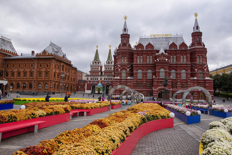 PIAZZA DELLA RIVOLUZIONE - Rappresenta un punto di vitale importanza del centro storico della capitale russa, poiché collega il Cremlino e la piazza Rossa con la principale arteria della città, ossia la via Tverskaja.